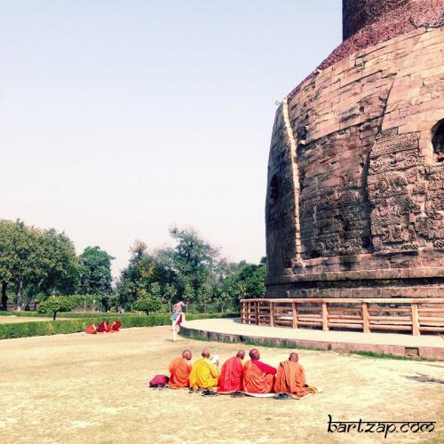 Bhiksu-dan-Stupa-Sarnath
