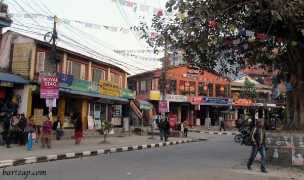 suasana-jalan-utama-pokhara-01