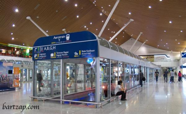 10-tips-bermalam-di-bandara-kuala-lumpur-train-bartzap