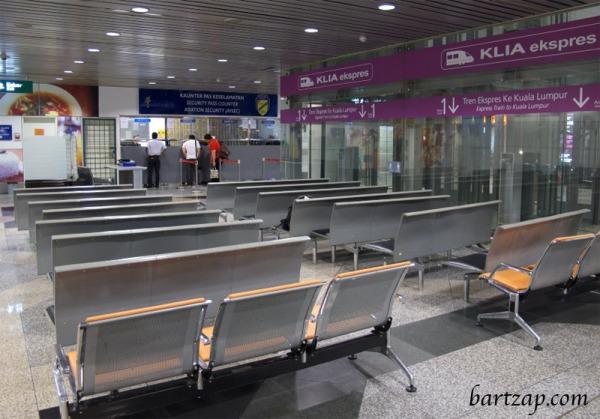 tempat-bermalam-di-bandara-kuala-lumpur-train-bartzap