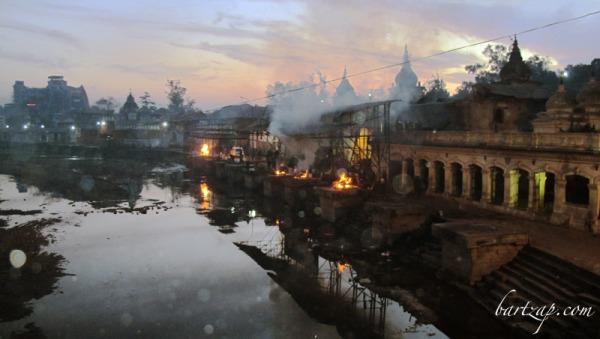 platform-kremasi-di-pashupatinath-senja-hari
