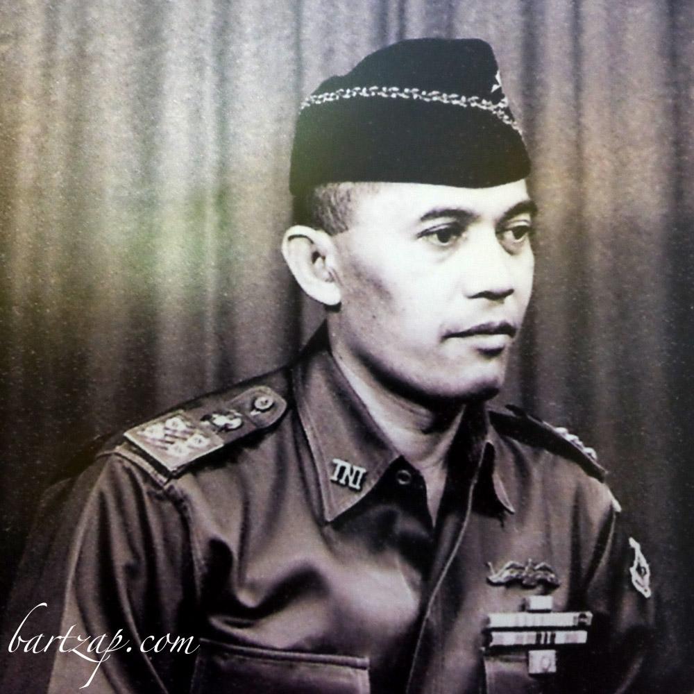 jenderal abdul haris nasution dalam pakaian dinas bartzap