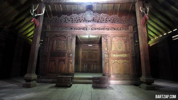 kamar-tidur-ukiran-rumah-khas-kudus-bartzap-dotcom