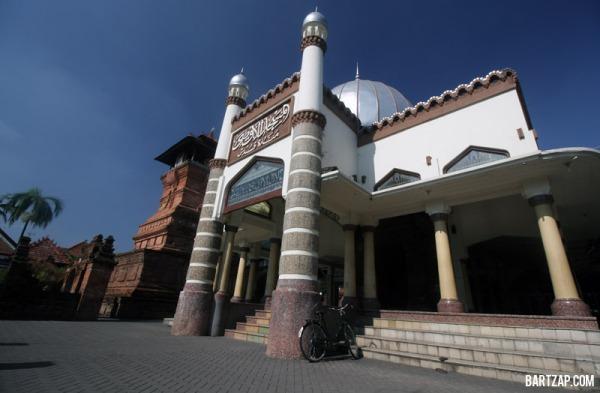 pelataran-masjid-menara-kudus-sunan-kudus-bartzap-dotcom