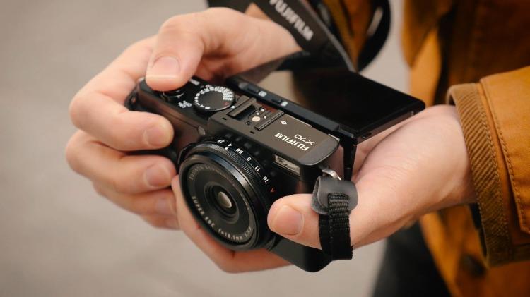 kamera-fujifilm-x70-in-hand-bartzap-dotcom
