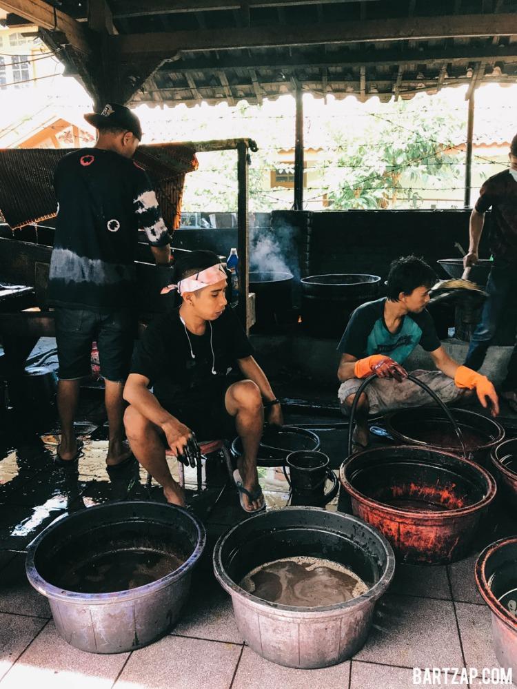 mewarnai-batik-di-rumah-batik-komar-tiga-cara-menikmati-bandung-dalam-24-jam-bartzap-dotcom