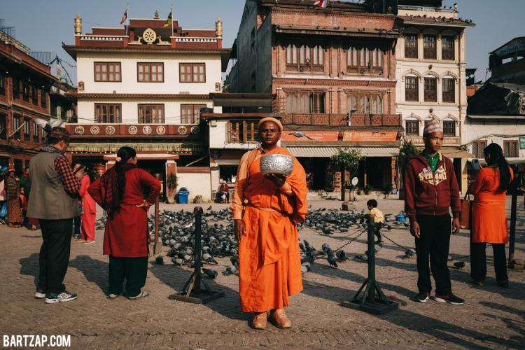 biksu-di-boudhanath-nepal-cultural-trip-2018-catatan-perjalanan-seminggu-bersama-kawan-bartzap-dotcom