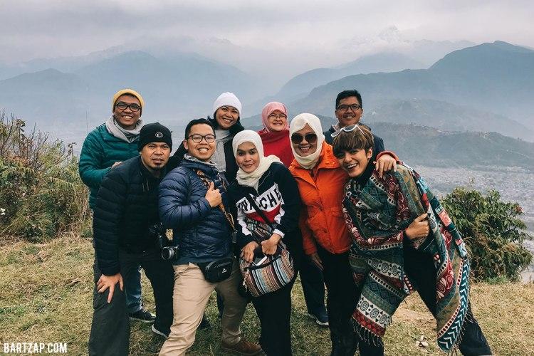 bersama-sama-di-sarangkot-view-point-nepal-cultural-trip-2018-catatan-perjalanan-bersama-kawan-bartzap-dotcom