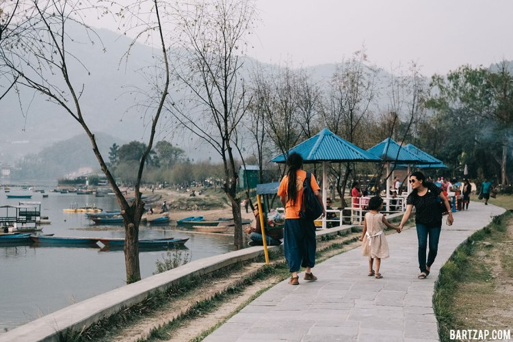 sore-di-sisi-danau-phewa-pokhara-nepal-cultural-trip-2018-catatan-perjalanan-bersama-kawan-bartzap-dotcom