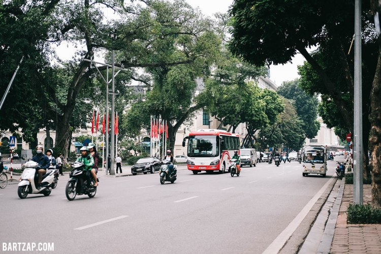 jalan-raya-di-hanoi-vietnam-pada-pandangan-pertama-bartzap-dotcom