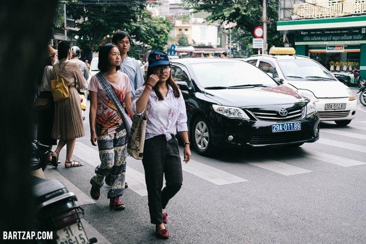 jalanan-di-hanoi-vietnam-pada-pandangan-pertama-bartzap-dotcom