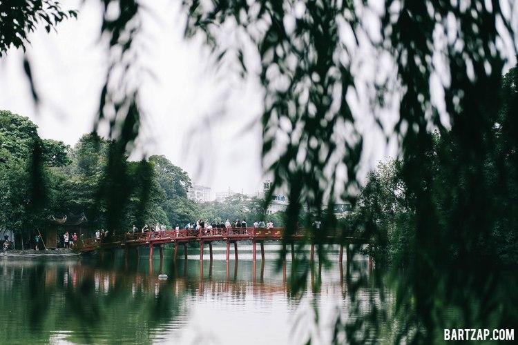 jembatan-huc-di-danau-hoan-kiem-hanoi-vietnam-pada-pandangan-pertama-bartzap-dotcom