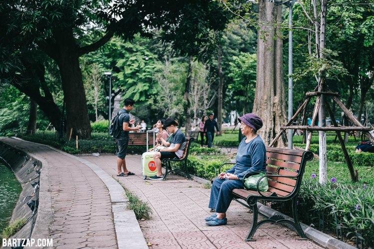 kegiatan-di-tepi-danau-hoan-kiem-hanoi-vietnam-pada-pandangan-pertama-bartzap-dotcom
