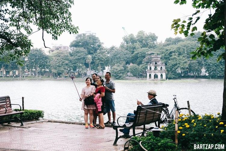 selfie-wefie-di-danau-hoan-kiem-hanoi-vietnam-pada-pandangan-pertama-bartzap-dotcom