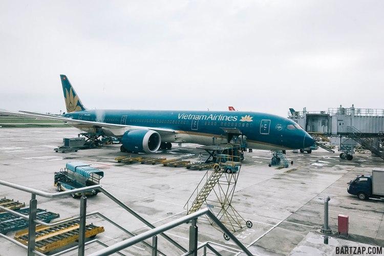 vietnam-airlines-di-bandara-noi-bai-hanoi-vietnam-pada-pandangan-pertama-bartzap-dotcom