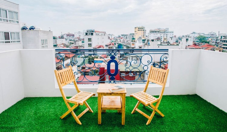 balcony-nexy-hostel-penginapan-backpacker-keren-di-hanoi-old-quarter-bartzap-dotcom