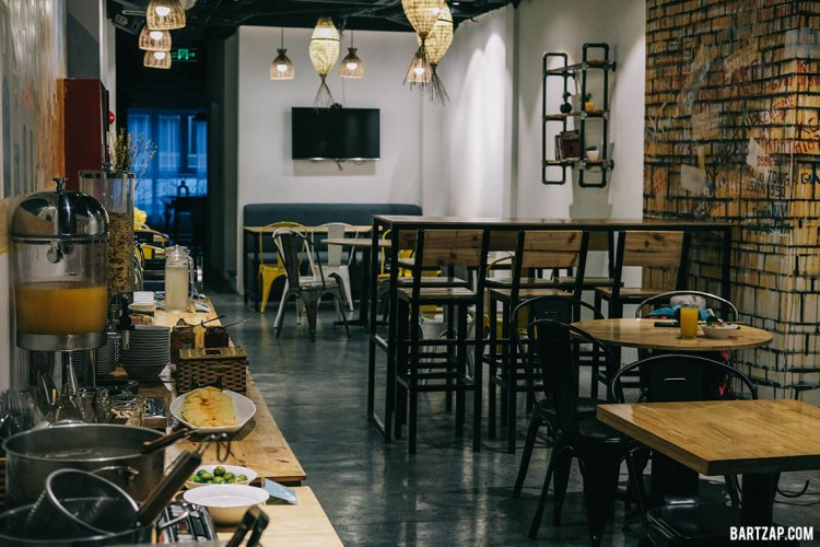 dining-room-ruang-makan-di-nexy-hostel-penginapan-backpacker-keren-di-hanoi-old-quarter-bartzap-dotcom
