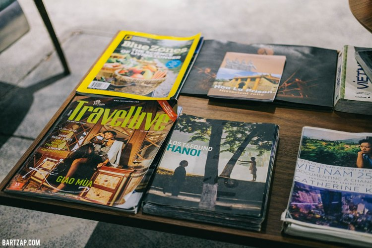majalah-di-lobby-nexy-hostel-penginapan-backpacker-keren-di-hanoi-old-quarter-bartzap-dotcom