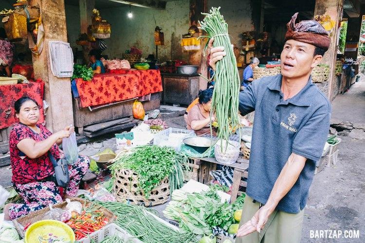penjelasan-di-pasar-ubud-kelas-memasak-di-paon-bali-bartzap-dotcom